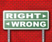 Fotografia Segnale stradale di giusto o sbagliato sulla priorità bassa del muro di mattoni