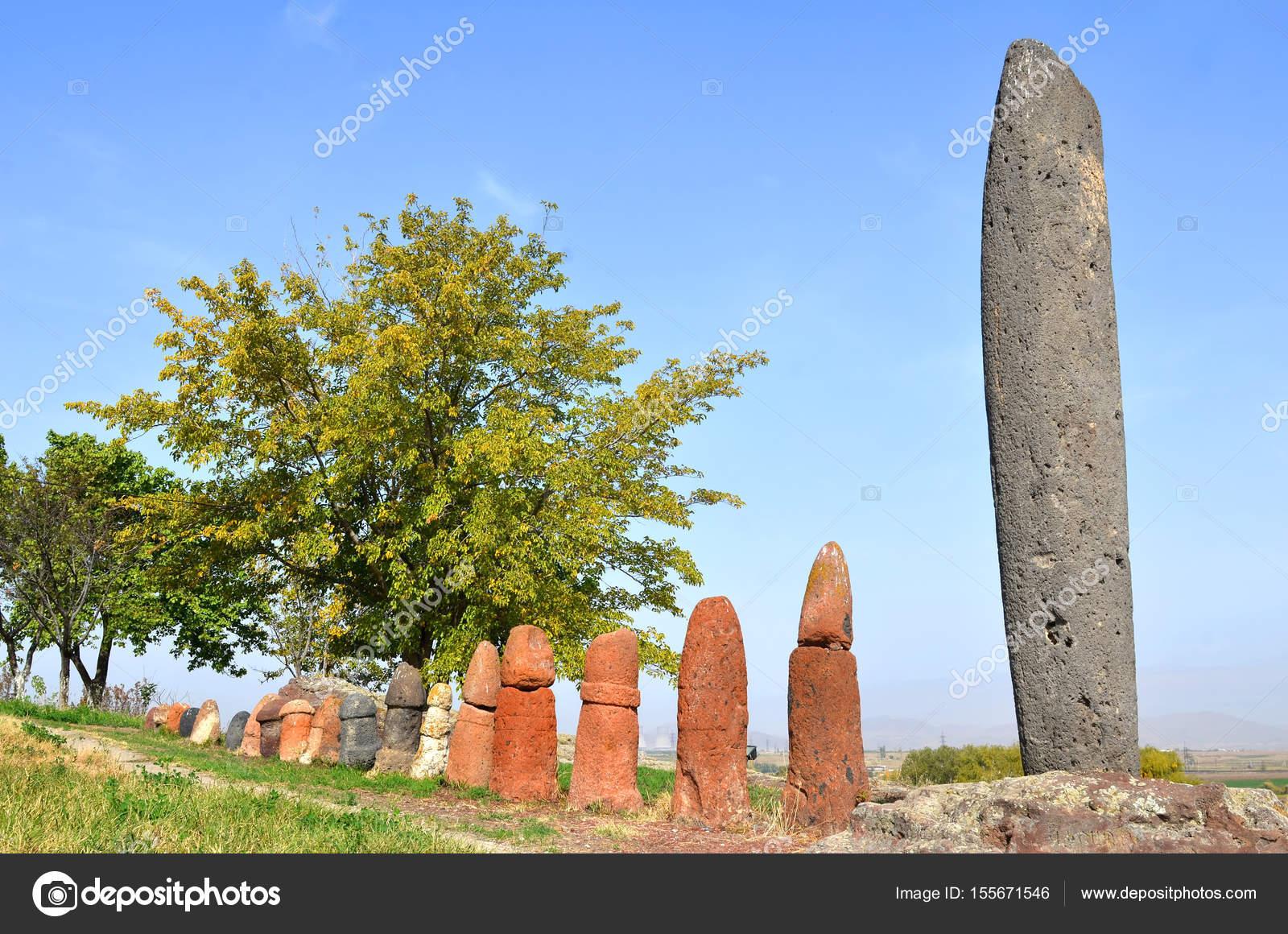 Falos de pedra (menires) em Metsamor, Arménia fotos