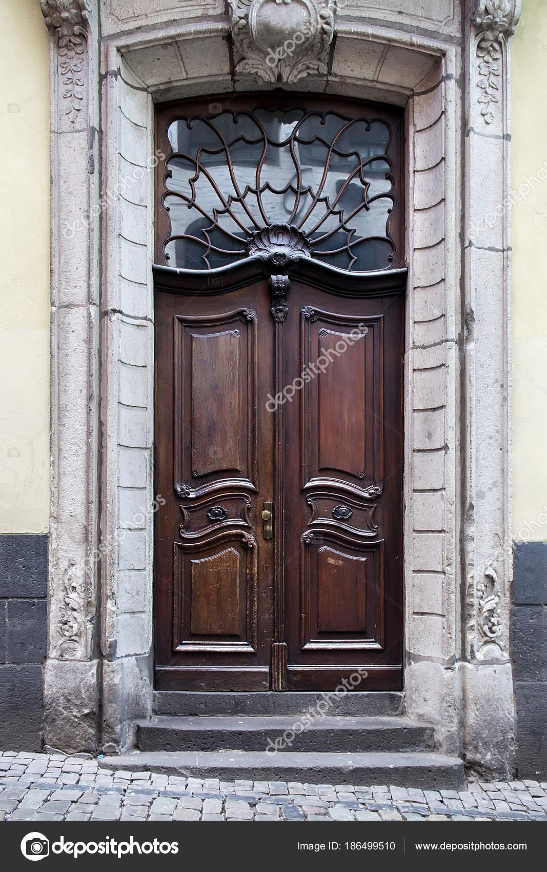 Vieilles portes en bois avec vitraux, grilles forgées et ornements ...