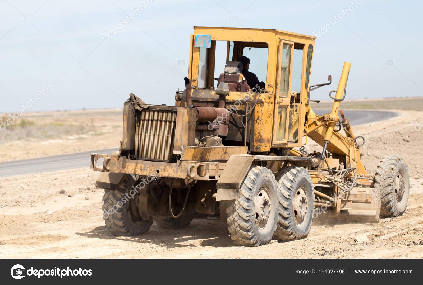 Trattore per livellare il terreno per la strada foto for Livellare terreno