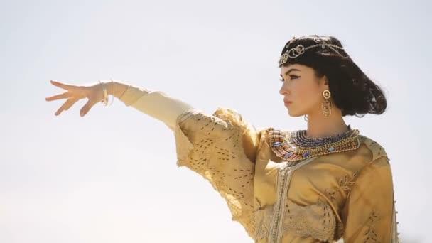 Krásná žena s módní make-up a účes jako egyptská Královna Kleopatra venku proti obloze