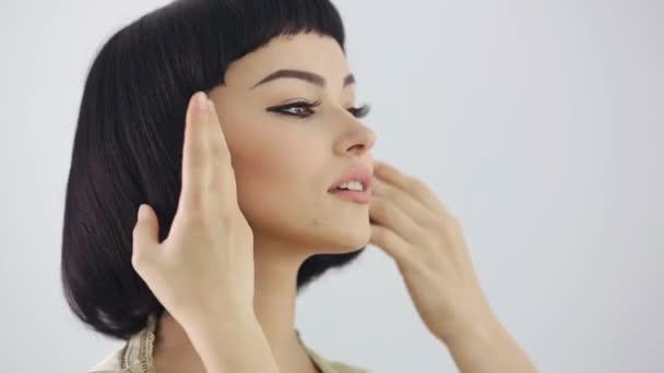Frisurenvorbereitungen. Cleopatras Make-up und Haarschnitt posieren im Studio