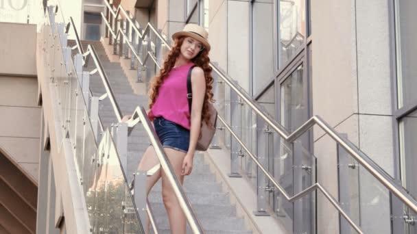 schöne junge Mädchen posiert auf Stufen in einer Stadt Hintergrund