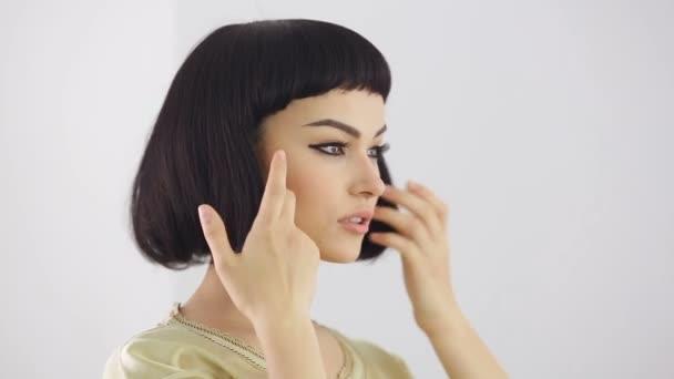 Přípravky před zrcadlem. Kleopater make-up a účes pózuje ve studiu