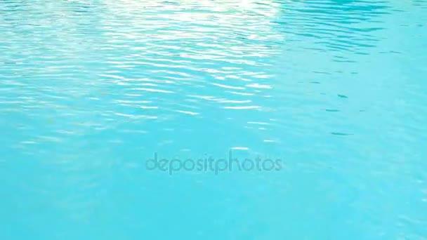 Az áramló víz, tiszta szép kék nézet bezárása