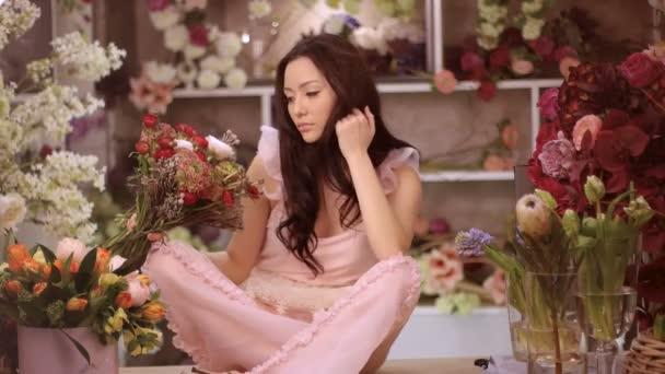 Žena a květiny. Asijská dívka s kyticemi