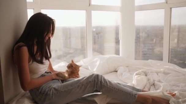 Asiatische Frau mit Kätzchen im Haus