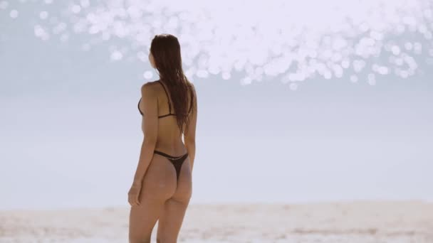 Žena odpočívající na pláži během dovolené