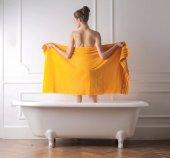 Frau orange Handtuch