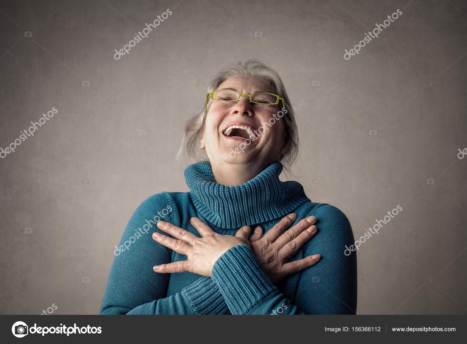 中笑い眼鏡の老婦人 — ストック...