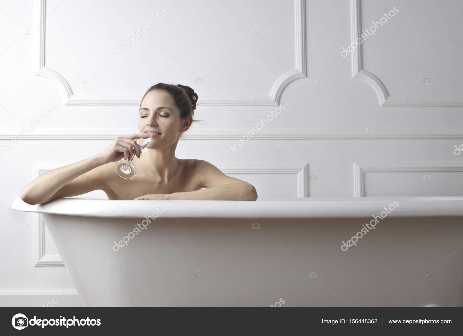 bien pas cher caractéristiques exceptionnelles taille 7 Femme dans le bain avec du champagne — Photographie olly18 ...