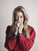 Fotografie Porträt von ein trauriges Mädchen ihre Nase weht
