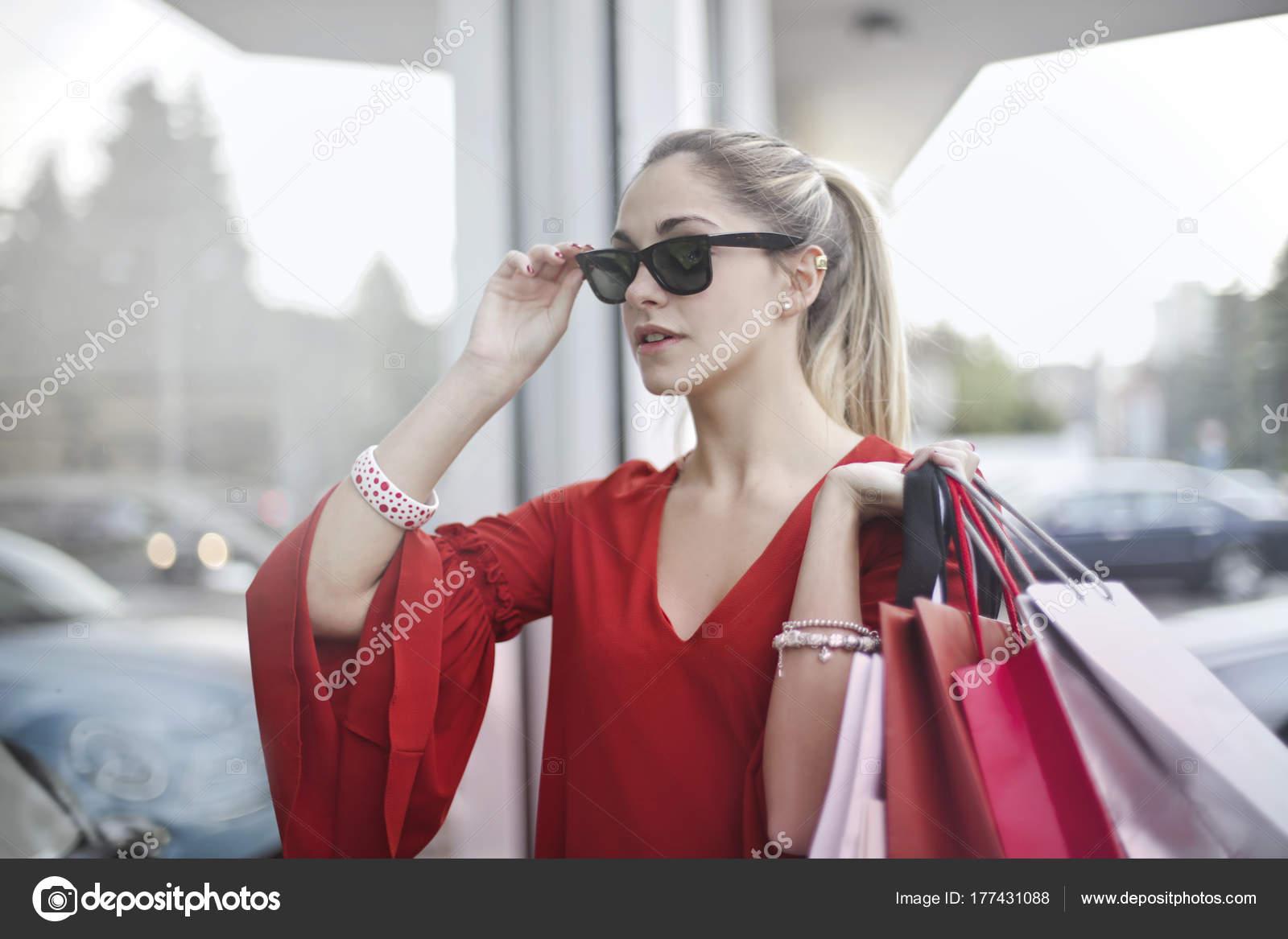 7f2f108059 Ξανθιά Νεαρή Γυναίκα Γυαλιά Ηλίου Που Κατέχουν Πολλές Τσάντες Για — Φωτογραφία  Αρχείου