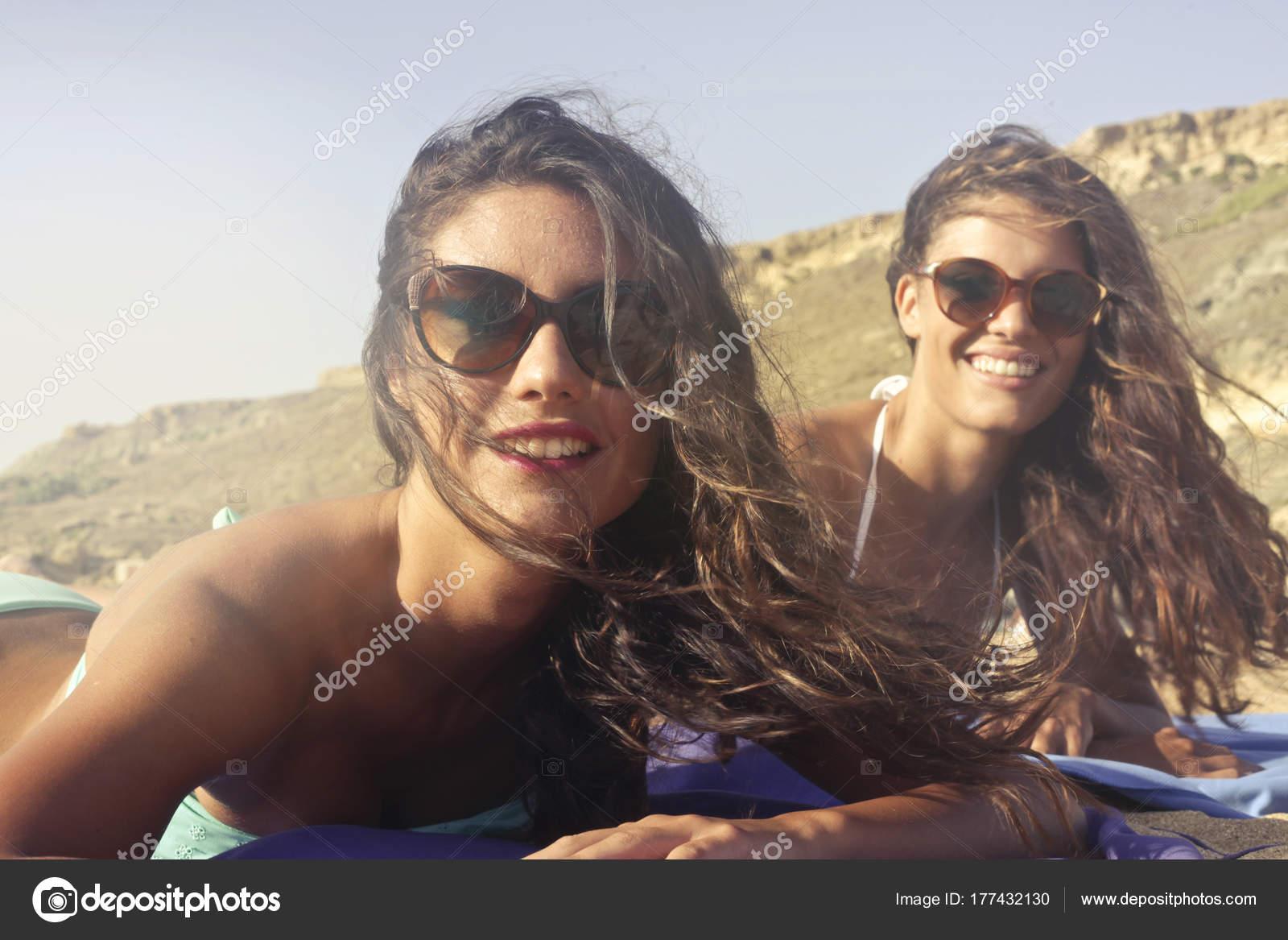 Soleil Jeunes Femmes Deux Avec Lunettes Caucasiennes Bronzer Sur hQrdsCt