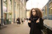 Fotografie Junge Frau auf einem Bahnhof
