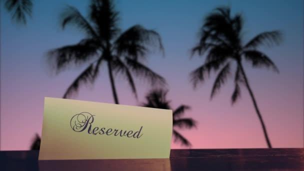 Asztalfoglalás egy étteremben egy szállodában Trópusi Hawaii-on naplementekor
