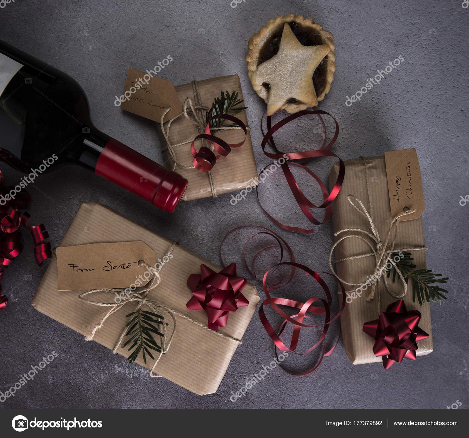 Weihnachtsgeschenke Mit Hackfleisch Kuchen Und Wein Auf Einem ...