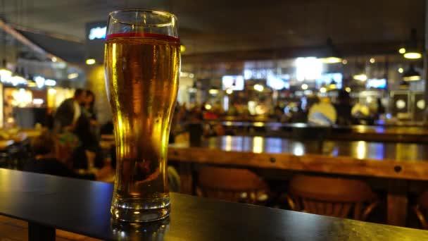 Teli pohár sör a bárban