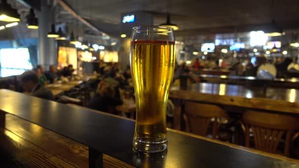 Plnou sklenici piva v baru