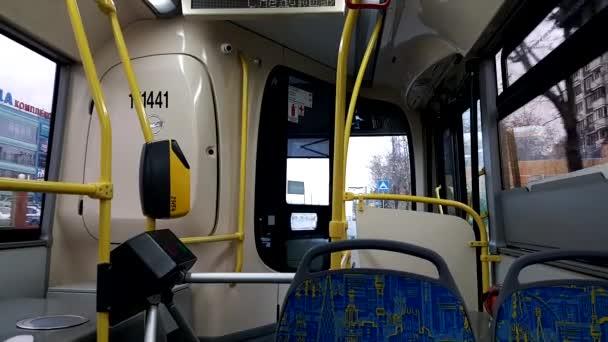 Jízda po městě v prázdný autobus