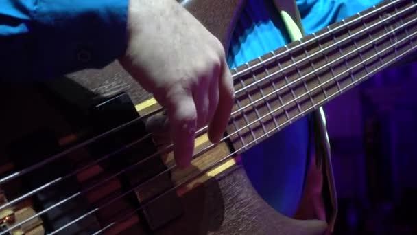 Ember játszik basszus gitár