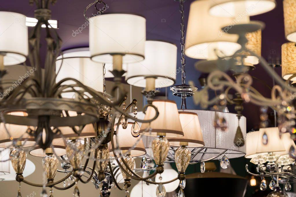 Diversi lampadari in un negozio di illuminazione u2014 foto stock