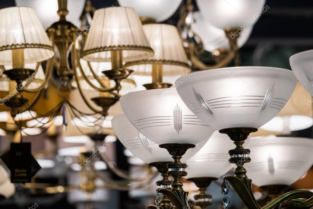 Diversi lampadari in un negozio di illuminazione u foto stock
