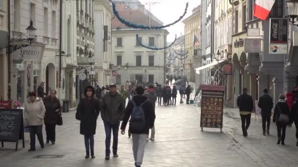 Turistů chůzi ve starém městě v denní době
