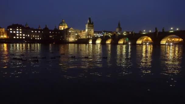 Slavná památka Karlův most za soumraku