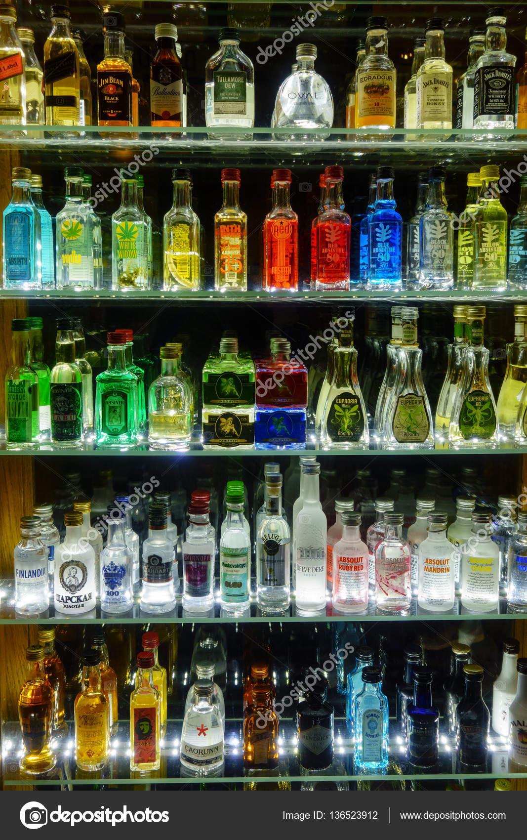 Mini bar flaskor samling i alkohol shop – Redaktionell stockfoto ...