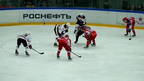 Hokejisté jdou na ledě arény před zápasem
