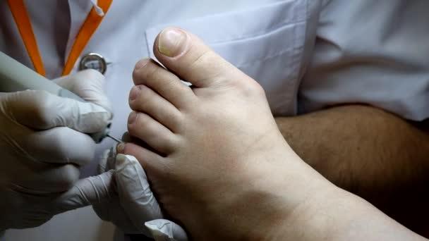 Fußpflege-Spezialist arbeitet mit dem Patienten