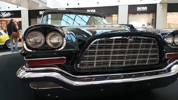 Výstava retro automobilů v Metropolis mall