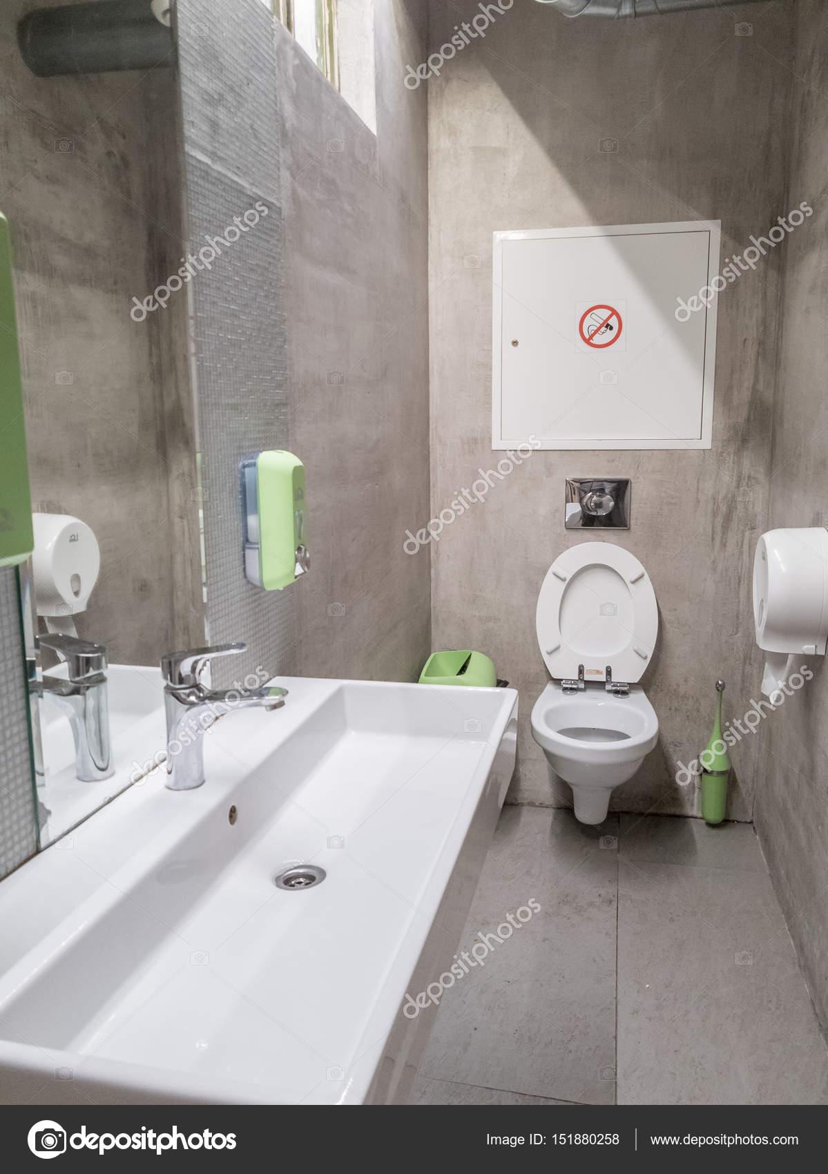 interieur van een openbare wc kamer stockfoto