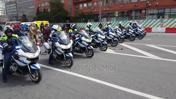 Kolona policejních motorkářů je doprovázen kolo přehlídky