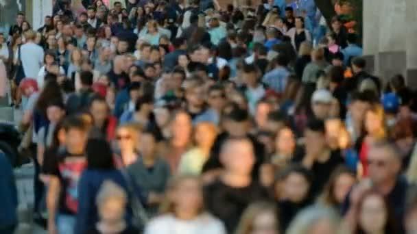 tömeg az emberek az utcán.