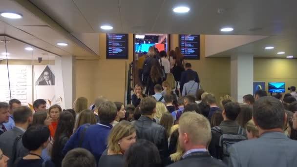 Besucher gehen vor Konferenzbeginn in die Halle