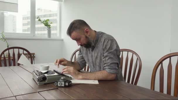 Férfi író az inspiráció és a typiing