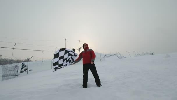 Uomo sventolando la bandiera di finitura allinverno
