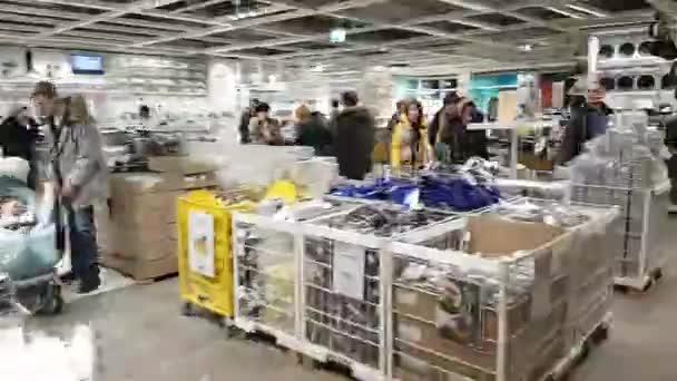 menschen besuchen ikea store motion timelapse stockvideo