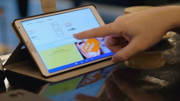 Online nakupování na webu Ikea pomocí tblet Pc v kavárně