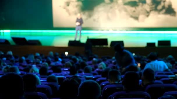 Publikum hört zu den Dozenten