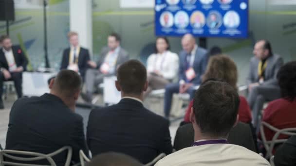 Publikum hört Referenten beim Wirtschaftsforum zu