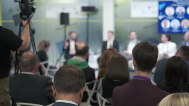 Közönség hallgatni előadók üzleti fórumon