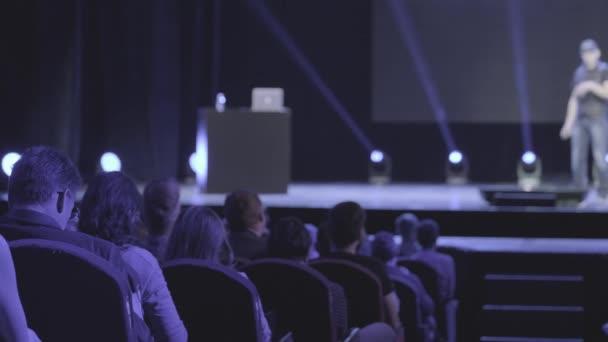 Publikum poslouchá lektora na workshopu