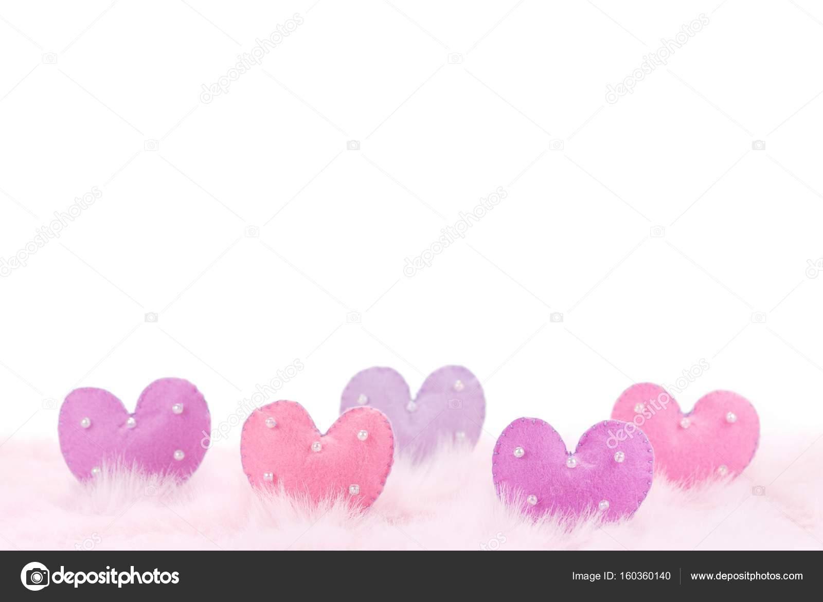3fc5573d1daf barevné srdce s korálky na růžové pírko — Stock Fotografie ...