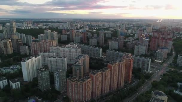 Lila-rózsaszín naplemente a város felett