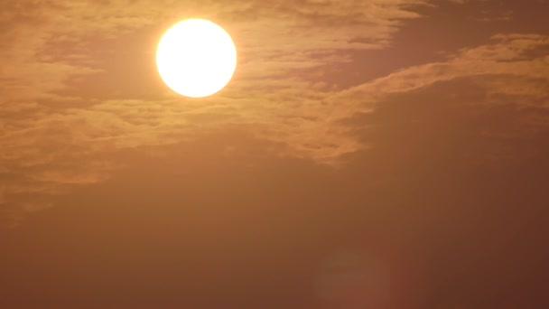 große orangefarbene Sonnenuntergang und Wolken