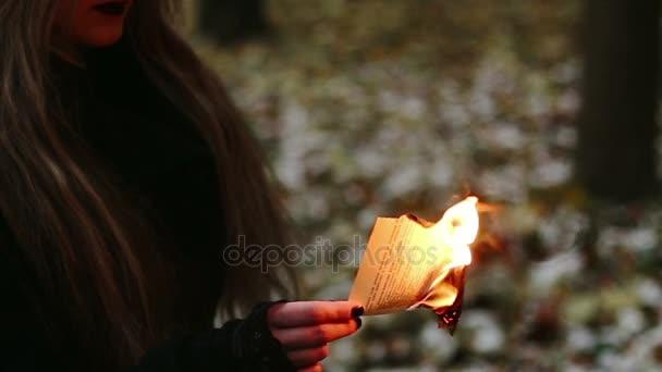 Gothic girl hořící stránky knihy