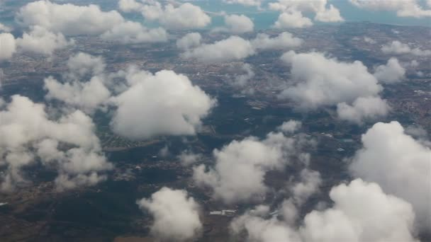 Pohled z okénka letadla. Mraky nad Lisabonem.